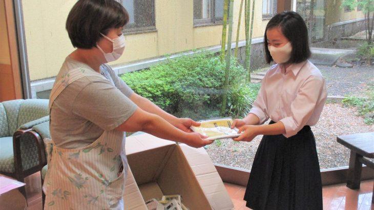 焼津市内の中高生の皆様より、感染対策用の手作りエプロンを寄贈していただきました。